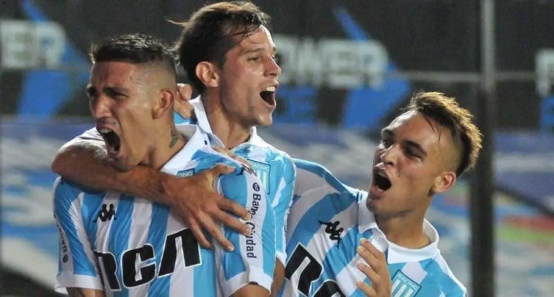 Solari, Centurión y Lautaro festejando un gol.