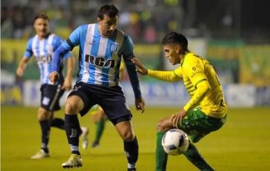 Diego milito jugando para Racing ante Defensa y Justicia.