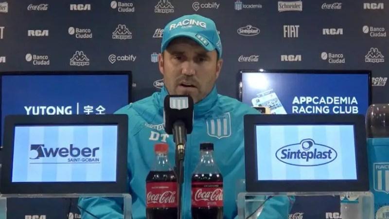 Coudet, de vacaciones en Miami, se comunicó telefónicamente con José Luis Rodríguez, lateral derecho que quiere en Racing como sustituto de Renzo Saravia.