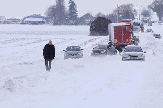 Pastor cancela culto para salvar 200 motoristas presos no gelo