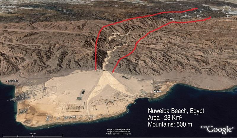Praia de Nuweiba / Golfo de Aqaba - Destaque em vermelho a ravina que conduzia o povo hebreu para a única saída: a praia de Nuweiba
