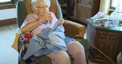 Senhora de 99 anos faz um vestido por dia para meninas da África