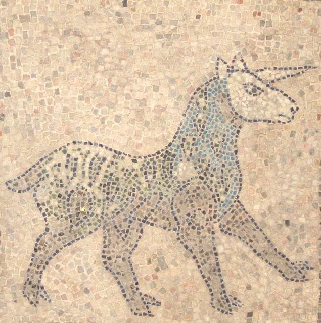Detalhe de um antigo mosaico do assoalho da Basílica de San Giovanni Evangelista, Ravenna, datado do ano 1213.