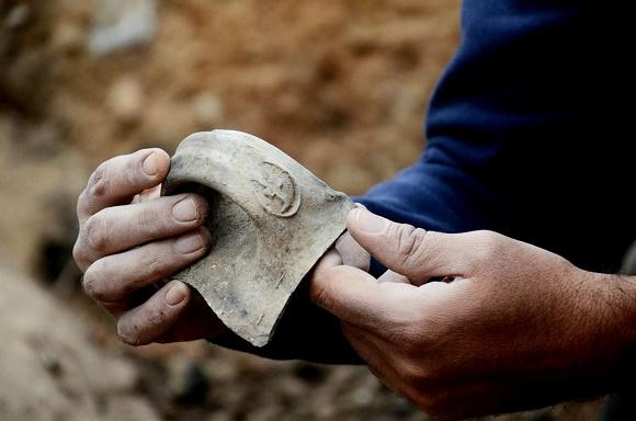 """Pedaço de uma alça de um jarro com o Selo do rei Ezequias, na forma das letras """"LMLK"""". Foto: Israel Antiquities Authority"""