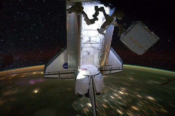 Space_Shuttle_Endeavour_docked_to_ISS_(STS-134) (2)