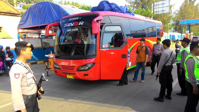 Petugas saat melakukan pemeriksaan bus asal Jakarta