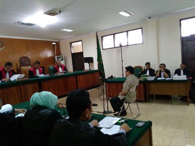 Persidangan kasus suap Bank Banten dengan tersangka Ricky Tampinongkol