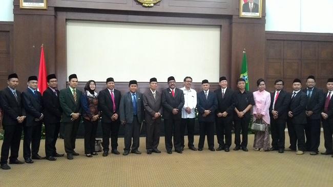 Rano Karno berfoto bersama dengan anggota DRD Provinsi Banten setelah melakukan pertemuan tertutup