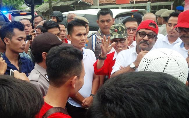 Gubernur Banten menghadapi mahasiswa