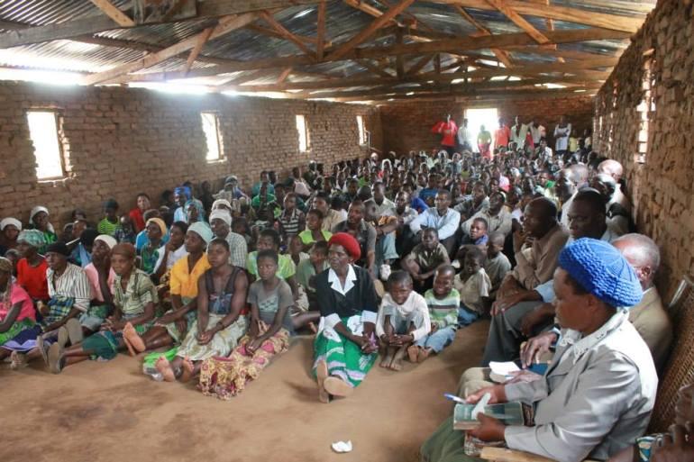 Irmãos de Malawi se preparando para o culto.