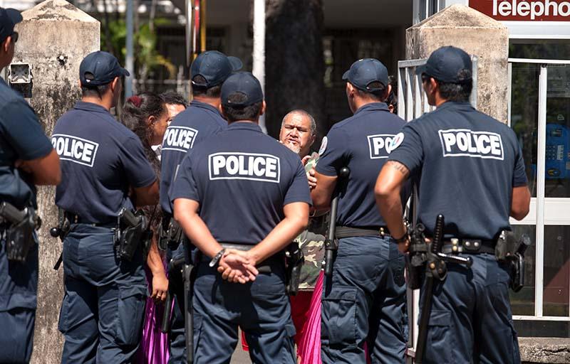 A l'extérieur du tribunal, la police a fait barrage aux partisans du roi © Cédric VALAX