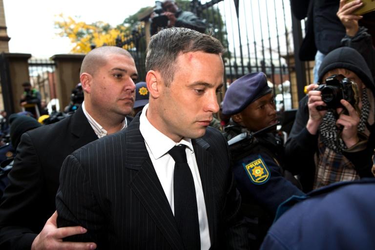 Oscar Pistorius arrive au tribunal de Pretoria, le 13 juin 2016 pour connaitre la sentence après avoir été reconnu coupable de meurtre. © AFP