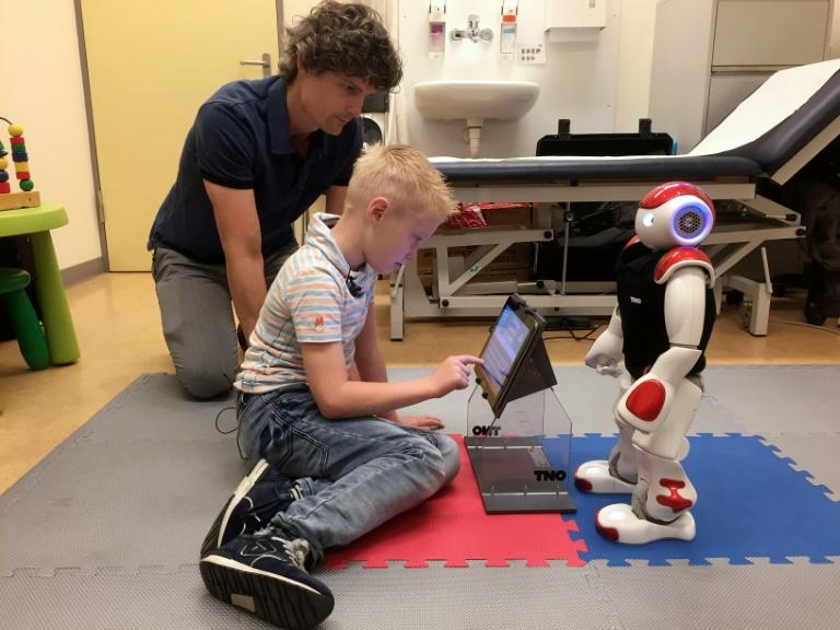 A sept ans, Ruben est déjà capable de mesurer son taux de glucose sanguin et de compter les glucides d'un verre de lait, tout cela grâce à son nouvel ami Charlie le robot. © AFP