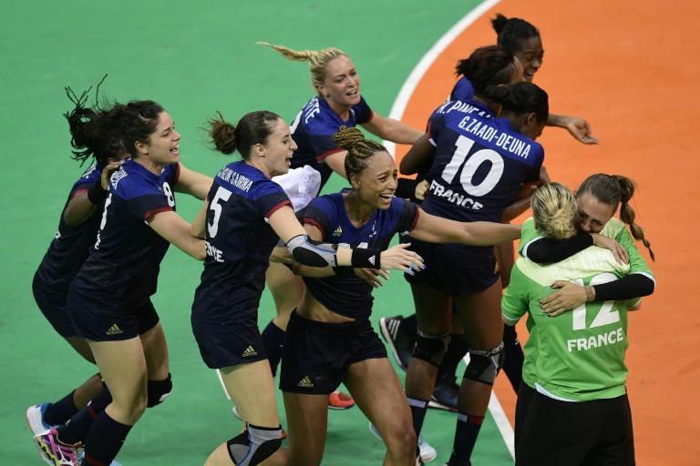 La joie des handballeuses françaises après leur victoire face à l'Espagne en quart de finale des JO, le 16 août 2016 à Rio . © AFP