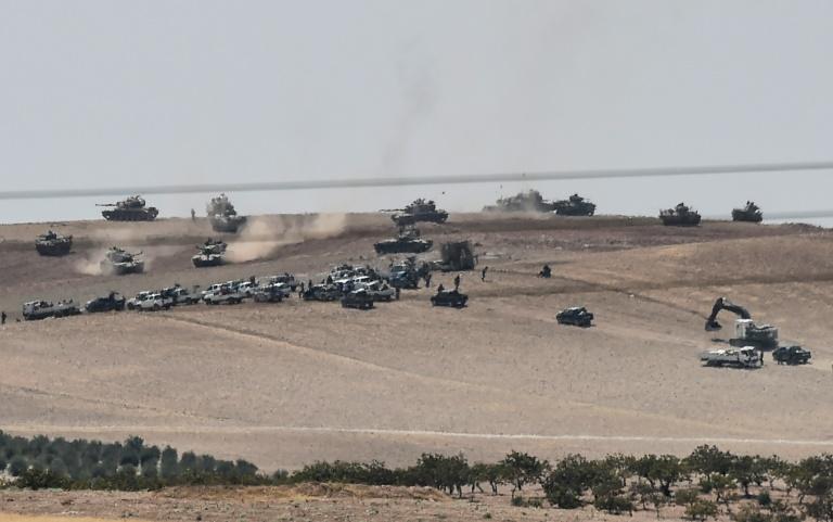 Des tanks turcs et des véhicules de l'opposition syrienne manoeuvrent à la frontière turco-syrienne, le 24 août 2016. © AFP