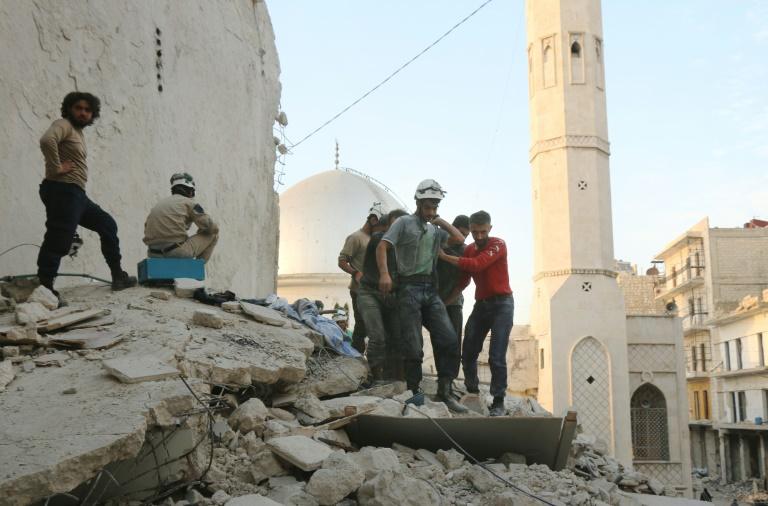 Des Casques blancs syriens évacuent un blessé après des frappes aériennes, le 4 octobre 2016 à Alep. © AFP