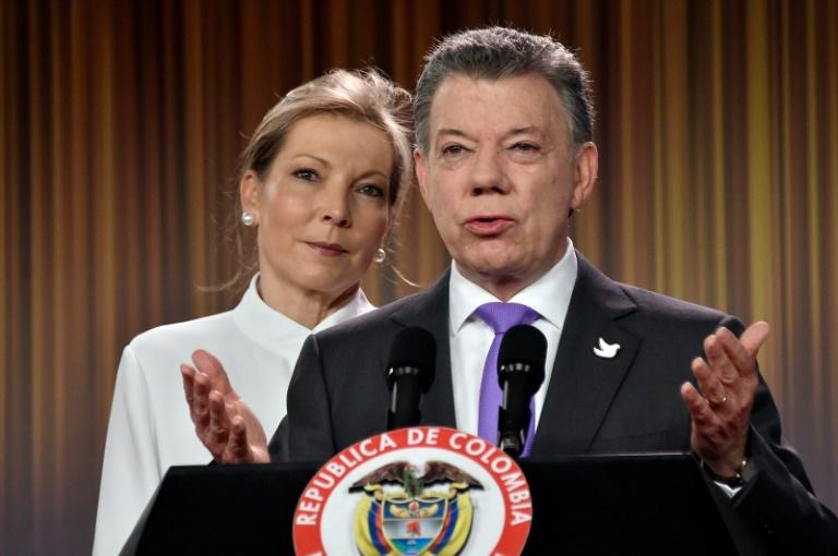 Le président colombien Juan Manuel Santos et son épouse Maria Clemencia Rodriguez, lors d'une déclaration après avoir remporté le prix Nobel de la Paix, le 7 octobre 2016 à Bogota. © AFP