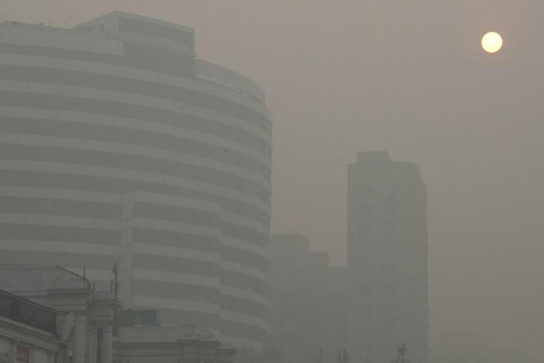 Photo prise à New Delhi, le 7 novembre 2016 au moment où la capitale indienne est aux prises avec l'une des pires pollutions de l'air de ces dernières années. © AFP