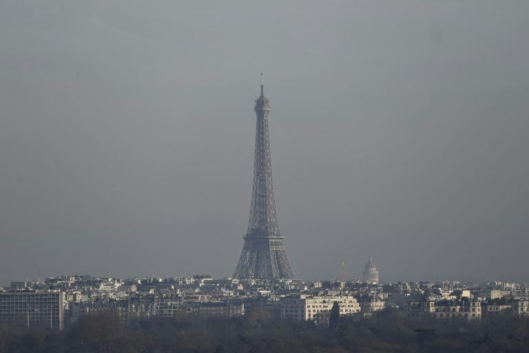 La Tour Eiffel est entourée d'un halo de pollution, le 16 décembre 2016. © AFP