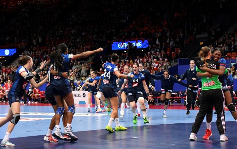 Les Bleues explosent de joie après avoir conquis la médaille de bronze de l'Euro devant le Danemark à Göteborg, le 18 décembre 2016. © AFP
