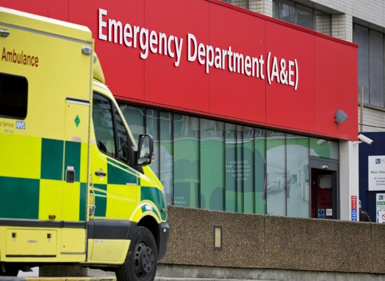 Une ambulance est garée devant les urgences de l'hôpital St Thomas à Londres, le 13 janvier 2017. © AFP