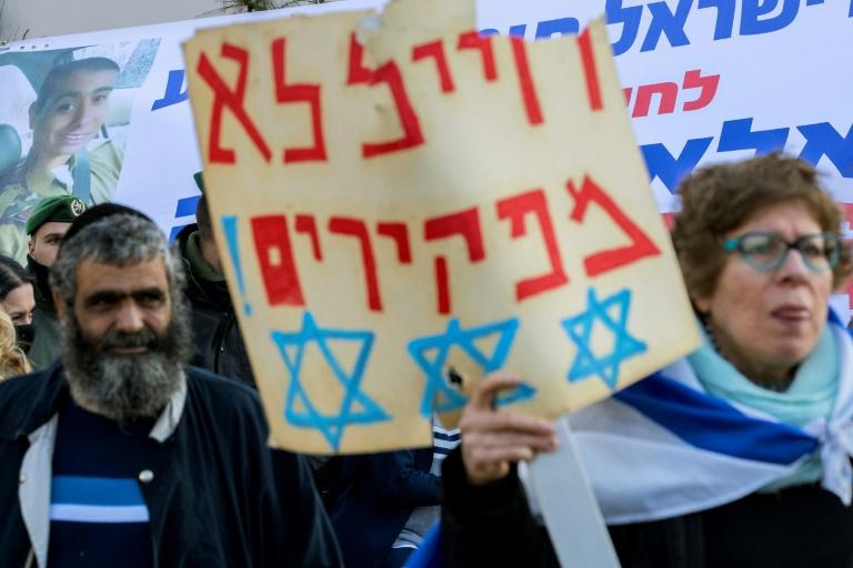 Des manifestants viennent soutenir le soldat israélien Elor Azaria, le 4 janvier 2017 devant le ministère de la Défense à Tel Aviv. © AFP