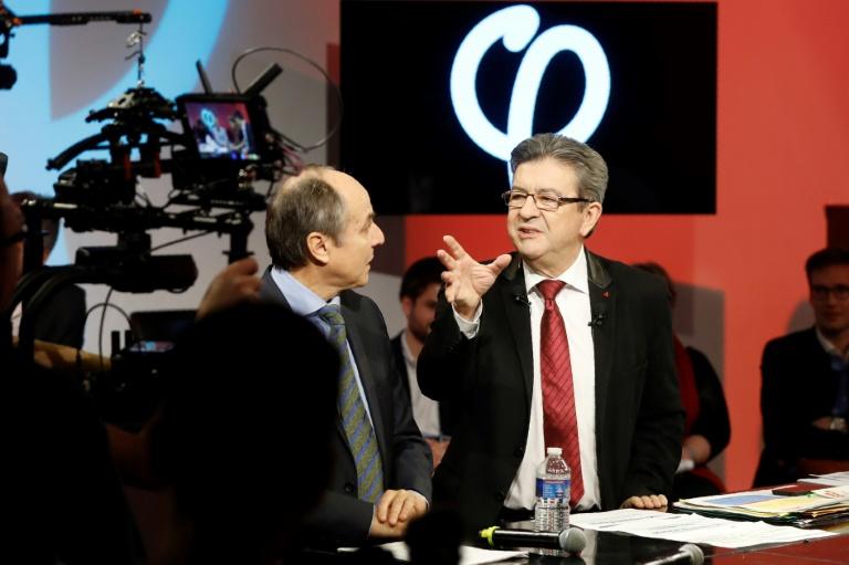 Jean-Luc Mélenchon (D)  lors d'une émission sur YouTube présente et chiffre son plan économique pour 2017-2022, le 19 février 2017. © AFP