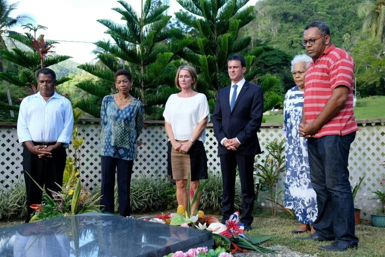 Le Premier ministre Manuel Valls (3e à d) et la ministre des Outre-mer George Pau-Langevin (2e à g) devant la tombe du leader indépendantiste kanak Jean-Marie Tjibaou, à Tiendanite en Nouvelle-Calédonie le 30 avril 2016. © AFP