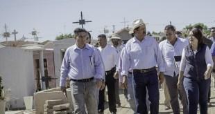 Recorre Alcalde de La Paz panteones, previo al Día de Muertos