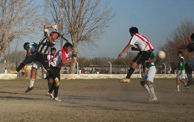Momento en que Palacios pierde la pelota y Armella marca el gol para Rivadavia