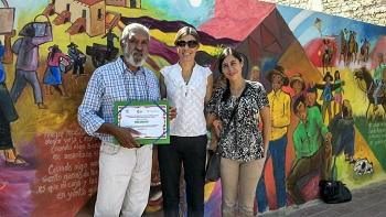 Hugo Guantay y personal del museo junto al Mural/ . Foto gentileza Museo de la Vid y el Vino