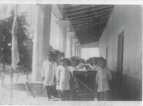 Una foto de la Escuela de Tolombón en su primer edificio