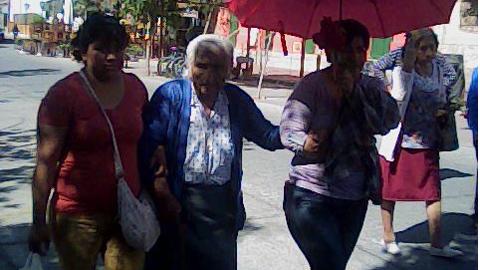 Doña Amalia de López llegando a la Iglesia de Cafayate