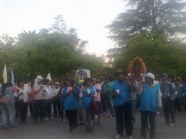 Los peregrinos en la plaza, previo a su ingreso a la Catedral de Cafayate