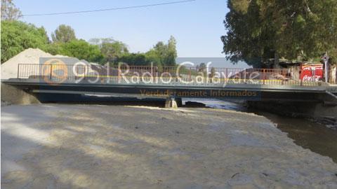 La imagen muestra la colmatación que presenta el puente del Río Chuscha en este momento.