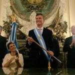 Mauricio Macri recibió los atributos presidenciales en la Casa Rosada y saludó desde el balcón