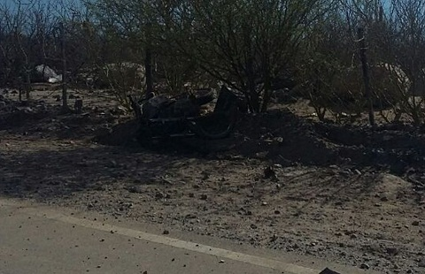 La moto quedó sobre un montículo al costado de la ruta. Foto: El Tribuno