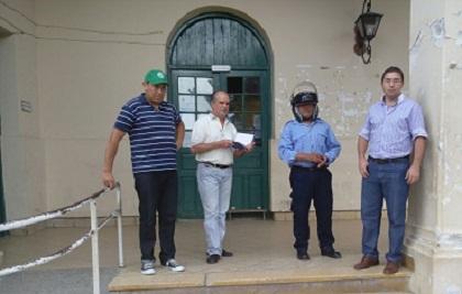 Haviar, Bravo, Villagra y el abogado del agente municipal en la puerta de la Municipalidad de Cafayate
