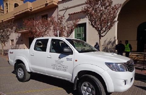 El visible ploteo de la camioneta Toyota en la presentación de vehículos el 22 de mayo 2015.