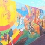 Hugo Guantay trabaja en la restauración de uno de sus murales