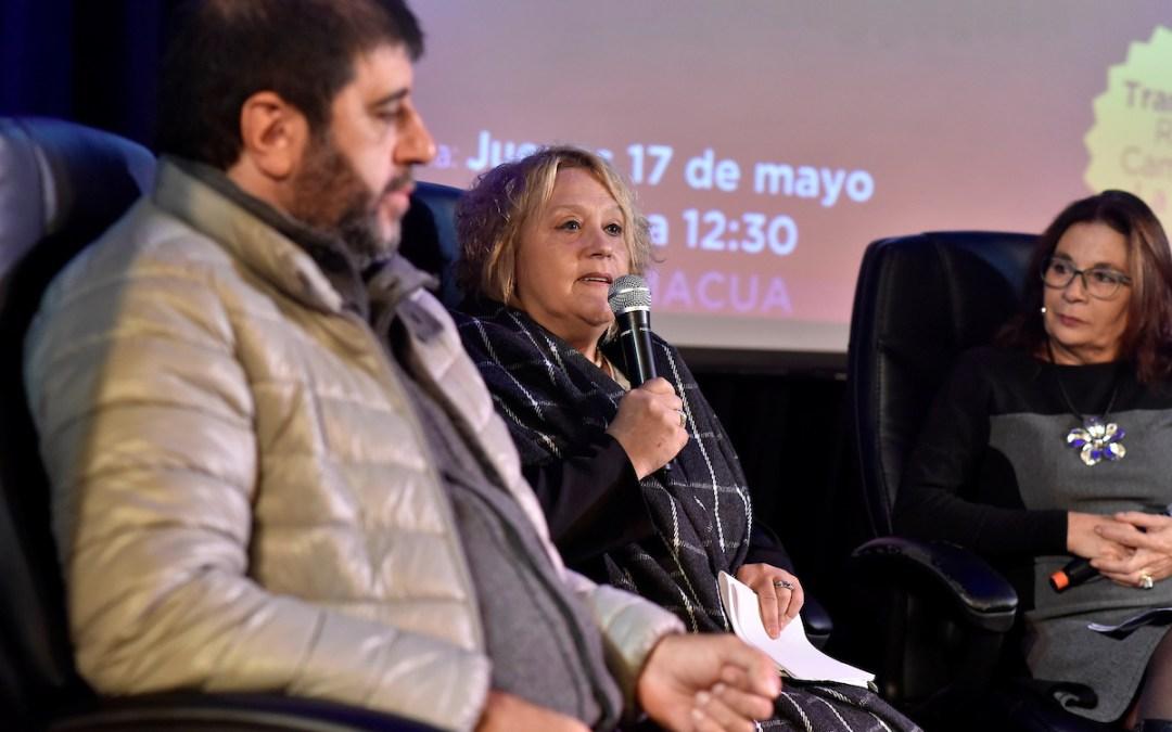 Charla titulada Violencia y propiedad, en el teatro de AEBU. Foto: Ricardo Antúnez / adhocFOTOS