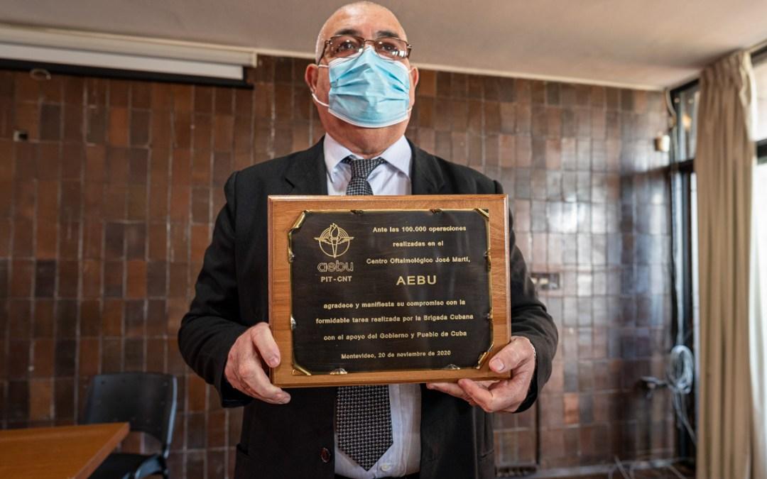 La salud como derecho y no como mercancía: AEBU entregó reconocimiento a médicos del Hospital de Ojos