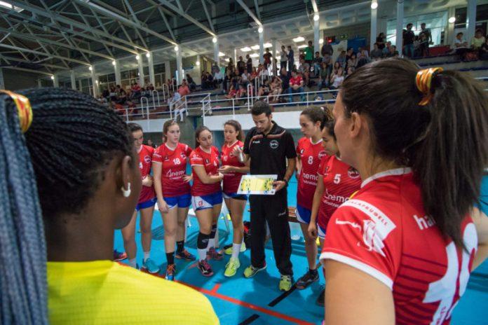 Gerard Ventura donant instruccions a les seves jugadores durant el partit | Pau Punseti