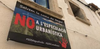 Pancarta reivindicant l'aturada amb l'especulació urbanística a Begur | Imatge de Gerard Escaich