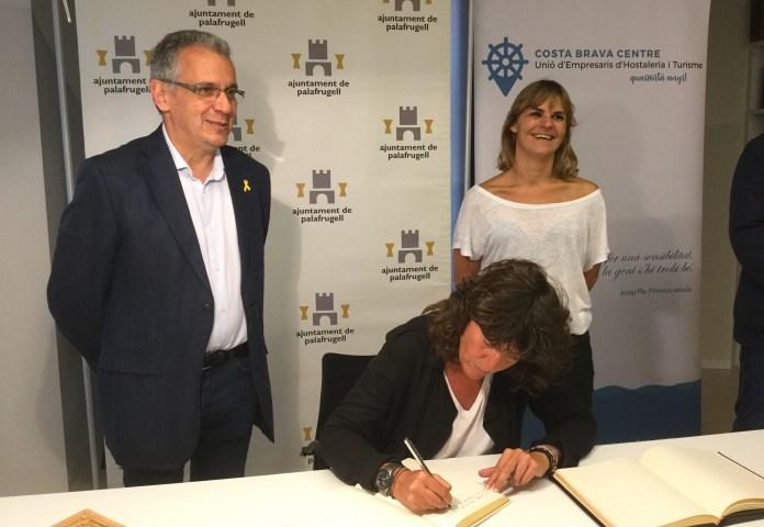 Firma del llibre de visites a l'Ajuntament de Palafrugell per part de la Consellera d'Agricultura