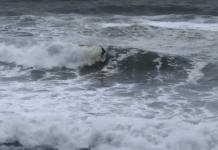 Un home surfeja a Sa Riera | Imatge de Ràdio Capital