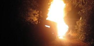 Cotxe en flames al camí de Tamariu al Far de Sant Sebastià | Imatge de l'Ajuntament de Palafrugell