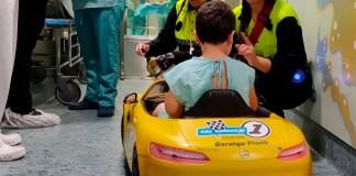 Les Tirita Clown amb el cotxe elèctric que portarà als infants a la sala d'operacions | Imatge del SSIBE