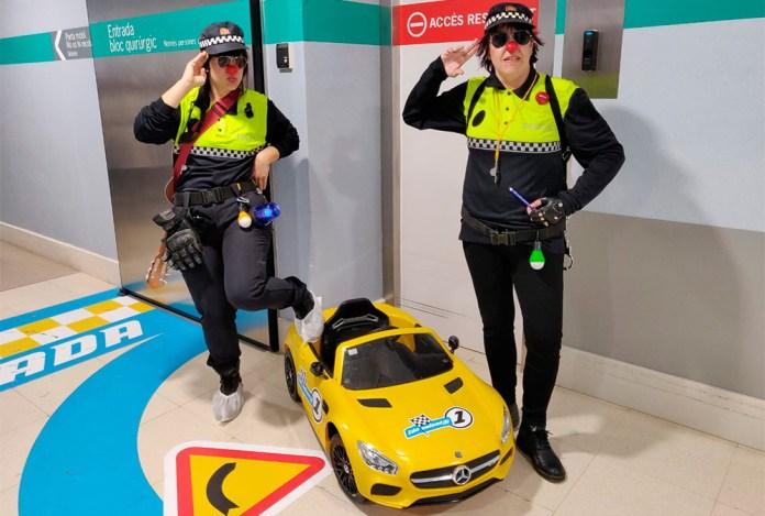 Les pallasses Tirita Clown amb el cotxe elèctric que portarà als infants a la sala d'operacions | Imatge del SSIBE