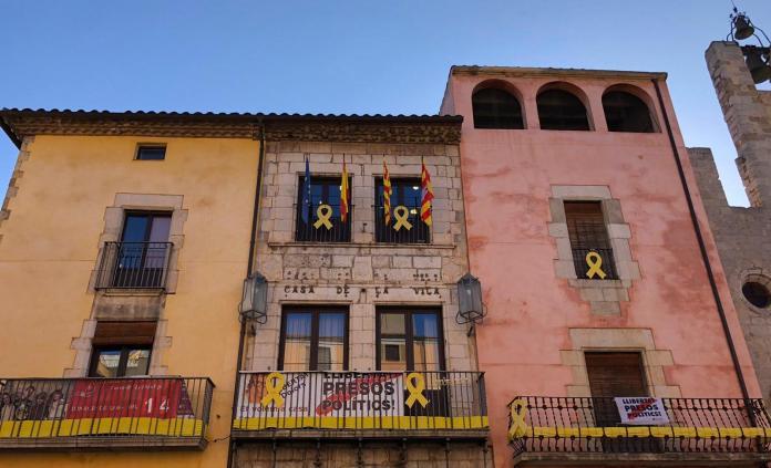 La façana de l'Ajuntament de Torroella de Montgrí amb les banderes europea, espanyola, catalana i municipal   Imatge del consistori